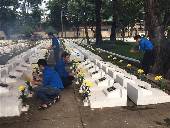 Chi đoàn Truyền tải điện Thành phố Hồ Chí Minh tổ chức thắp hương, dâng hoa tại Nghĩa trang Liệt sĩ Bình Chánh – Bình Tân