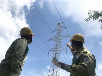 Truyền tải điện miền Đông 1 giám sát thi công  thay phụ kiện đỡ dây chống sét đường dây 220kV Tân Thành – Bà Rịa.