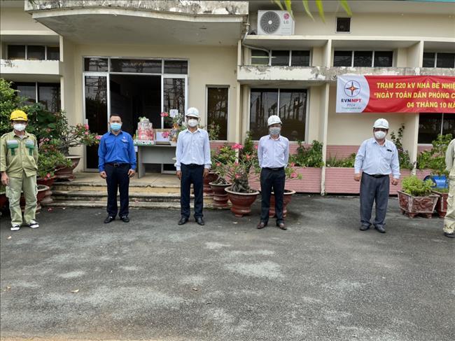 Lãnh đạo Công ty Truyên tải điện 4 thăm hỏi Cán bộ Công nhân viên tập trung vận hành tại các trạm biến áp.
