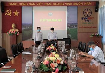 Chi bộ Cơ quan Truyền tải điện thuộc Đảng bộ bộ phận Truyền tải điện Miền Đông 1 tổ chức Lễ kết nạp Đảng viên mới.