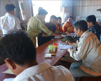 Đội Truyền tải điện Xuân Lộc tuyên truyền về an toàn điện cho công nhân lái xe thi công đường cao tốc Dầu Giây – Phan Thiết.