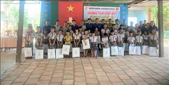 Chi đoàn Truyền tải điện Miền Đông 1 phối hợp Đoàn cơ sở Thị trấn Gia Ray tổ chức tuyên truyền bảo vệ an toàn lưới điện cao áp tại trường Tiểu học Gia Ray.