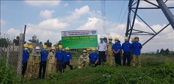 Chi đoàn TTĐ miền Đông 2 phối hợp Đội TTĐ Thủ Dầu Một tổ chức tuyên truyền bảo vệ hành lang, an toàn lưới điện