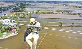 Đội Truyền tải điện Bạc Liêu xử lý quấn tưa dây chống sét Phlox 94.1 trên đường dây 220kV NMĐ Cà Mau – Bạc Liêu 2 mạch