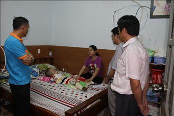 Công đoàn Truyền tải điện miền Đông 2 tổ chức thăm hỏi con Đoàn viên công đoàn bị bệnh hiểm nghèo